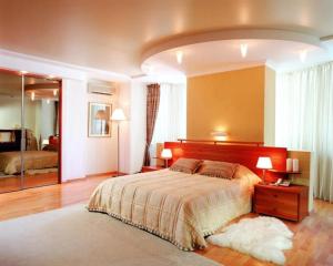Фото натяжных потолков в спальне